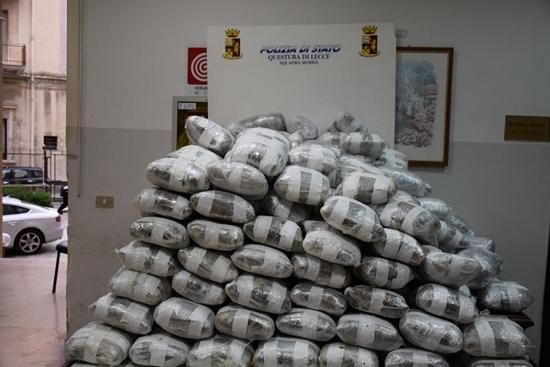 Droga: 300kg marijuana su una barca, 4 albanesi arrestati a Lecce