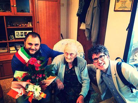 Nonna Cosima compie 105 anni, gli auguri del sindaco Mellone